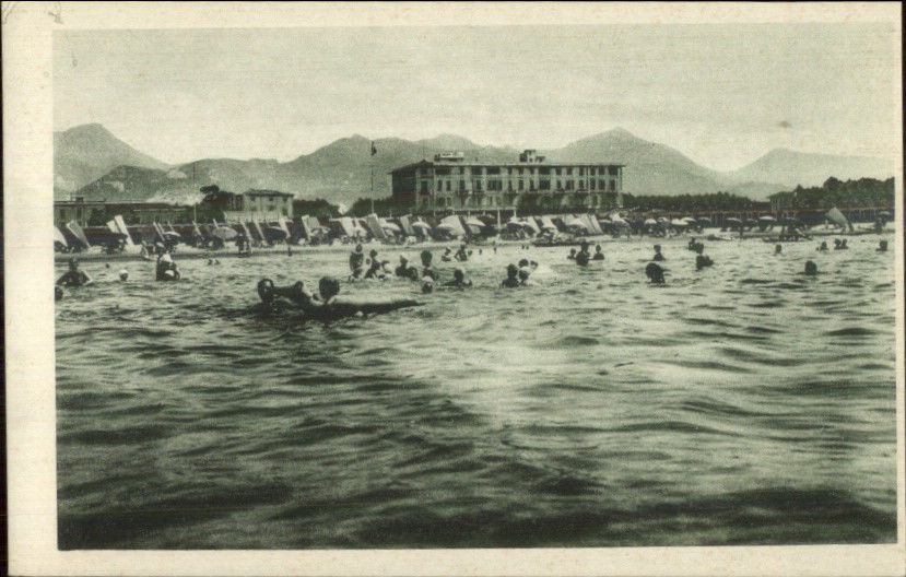 people swimming at Forte dei Marmi, 1920s